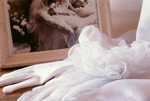 結婚式イメージ 手袋と写真立の写真素材 [FYI03992762]