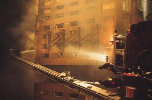 ビル火災現場の写真素材 [FYI03992774]
