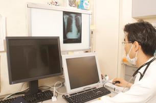 レントゲン写真を診断中の医者の写真素材 [FYI03992796]