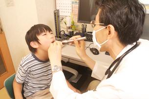 医者が子供の喉を診察中の写真素材 [FYI03992805]