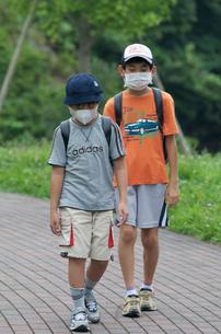 インフルエンザ予防 マスクをして登校する少年の写真素材 [FYI03992815]