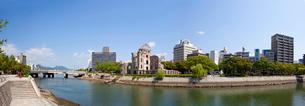 原爆ドームと元安川の写真素材 [FYI03992933]