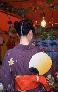 縁日の女性 浅草寺の写真素材 [FYI03992956]