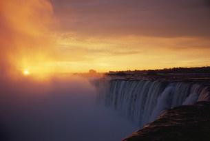 朝日とナイアガラカナダ滝の写真素材 [FYI03993041]