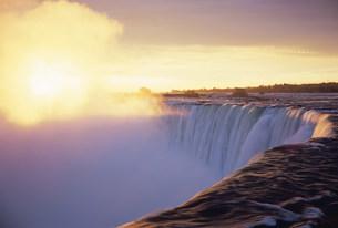 朝日に輝くナイアガラカナダ滝の写真素材 [FYI03993042]