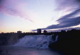 夜明けのナイアガラアメリカ滝の写真素材 [FYI03993045]