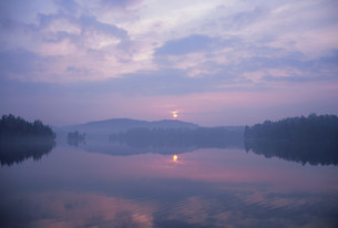 夜明けのデュビュイ湖の写真素材 [FYI03993069]