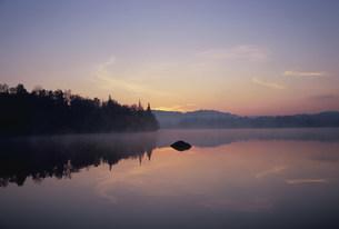 夜明けのデュビュイ湖の写真素材 [FYI03993070]