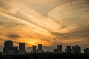 東京高層ビル群と夕焼け雲の写真素材 [FYI03993113]