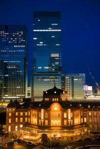 東京駅ライトアップと高層ビル群夜景の写真素材 [FYI03993115]