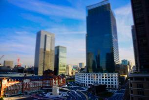 東京駅と高層ビルミニチュア風風景の写真素材 [FYI03993118]
