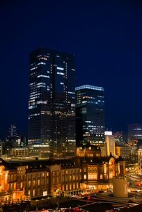東京駅ライトアップと東京夜景の写真素材 [FYI03993120]