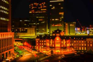 ミニチュア風風景東京駅ライトアップの写真素材 [FYI03993126]