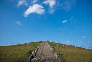小山の階段と青空の写真素材 [FYI03993476]