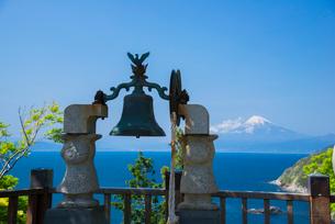 恋人岬展望台金の鐘と富士山の写真素材 [FYI03993533]