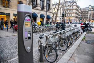 パリ,マドレーヌ寺院付近のレンタル自転車の写真素材 [FYI03993690]