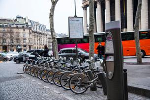 パリ,マドレーヌ寺院付近のレンタル自転車の写真素材 [FYI03993691]