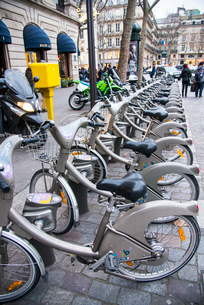 パリ,マドレーヌ寺院付近のレンタル自転車の写真素材 [FYI03993718]