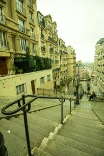 パリモンマルトル,モン・スニ通りの階段の写真素材 [FYI03993809]