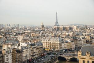 ノートルダム大聖堂よりエッフェル塔方面パリ展望の写真素材 [FYI03993815]