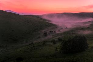 車山肩より夜明けの霧ヶ峰高原車山湿原朝焼けの空と朝霧の写真素材 [FYI03993838]
