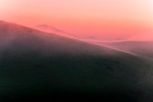 車山肩よりご霧ヶ峰高原車山湿原朝焼けに染まる朝霧と浅間山の写真素材 [FYI03993844]