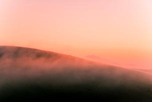 車山肩よりご霧ヶ峰高原車山湿原朝焼けに染まる朝霧と浅間山,の写真素材 [FYI03993858]