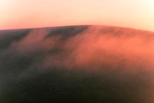 車山肩よりご霧ヶ峰高原朝焼けに染まる朝霧の写真素材 [FYI03993913]