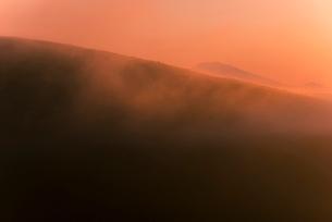 車山肩よりご霧ヶ峰高原朝焼けに染まる朝霧の写真素材 [FYI03993915]