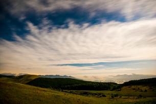 夜の霧ヶ峰高原若草の踊場湿原から八ヶ岳連峰富士山南アルプスを望むの写真素材 [FYI03994061]