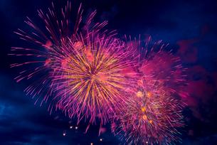 諏訪湖の打ち上げ花火の写真素材 [FYI03994126]