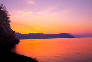 海津大崎湖畔より朝焼けに染まる琵琶湖の写真素材 [FYI03994271]