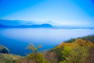 奥琵琶湖パークウェイ駐車場より琵琶湖長浜市方面を望むの写真素材 [FYI03994279]