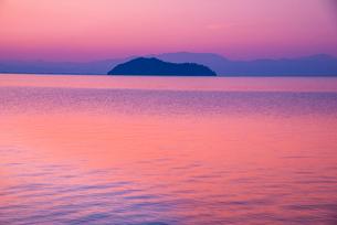 海津大崎湖畔より朝焼けに染まる琵琶湖の写真素材 [FYI03994293]