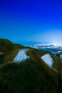 輝く姨捨の棚田と善光寺平の夜景の写真素材 [FYI03994490]