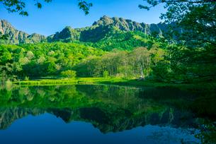 新緑の戸隠高原戸隠連峰映す鏡池の写真素材 [FYI03994515]
