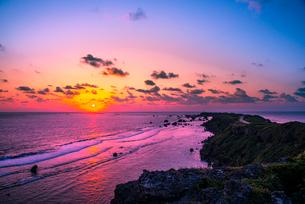 宮古島太平洋からの日の出と東平安名崎の写真素材 [FYI03994574]