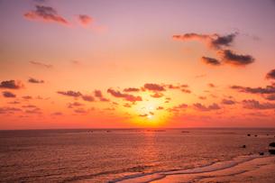 東平安名崎より日の出の写真素材 [FYI03994607]