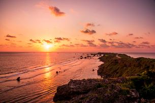 日の出と東平安名崎の写真素材 [FYI03994620]