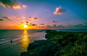 日の出と東平安名崎の写真素材 [FYI03994627]