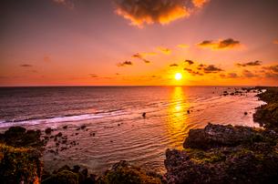 宮古島東平安名崎と日の出の写真素材 [FYI03994630]
