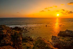 東平安名崎より望む日の出の写真素材 [FYI03994631]