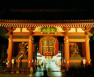 浅草雷門の夜景の写真素材 [FYI03994756]