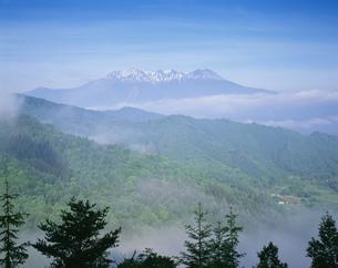 地蔵峠より木曽御岳を望むの写真素材 [FYI03994791]