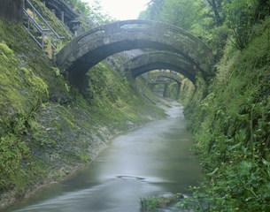 石見銀山羅漢寺の反り橋の写真素材 [FYI03994794]