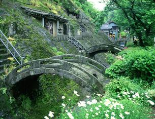 石見銀山羅漢寺の反り橋の写真素材 [FYI03994801]