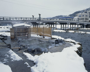 雪の三朝温泉 河原の湯の写真素材 [FYI03994830]
