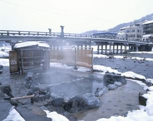 雪の三朝温泉 河原の湯の写真素材 [FYI03994834]