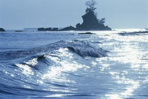 雨晴岩と光る海 雨晴海岸の写真素材 [FYI03994836]