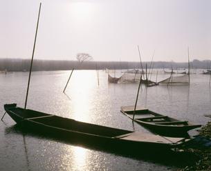 釣り舟と凍付く川 渡良瀬遊水池の写真素材 [FYI03994868]